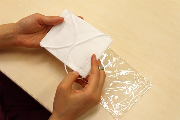 マスクを個別包装から取り出して、