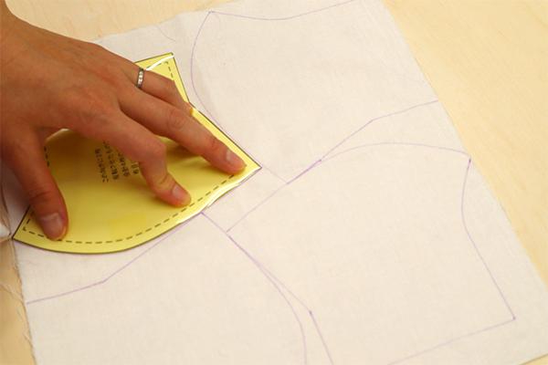 写真では、先日お知らせした「量産するときに便利な裏技」のように、クリアファイルを利用した硬い型紙を使用しています。