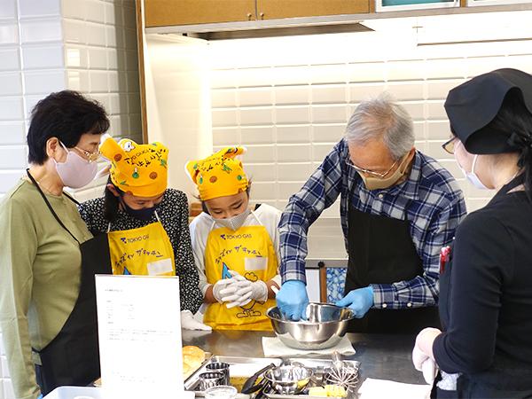 クッキー生地の仕上げはおじいちゃん。お孫さんたちと料理を作るのは初めてとのこと