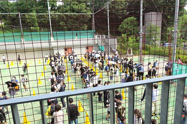8:30には来場者が多数。開場を15分前倒し、入場時の密を避ける臨機応変な対応が見られました。