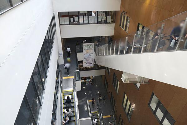 エスカレーターで各階を移動できるのでとても楽! 吹き抜けのため密閉状態にはなりません。