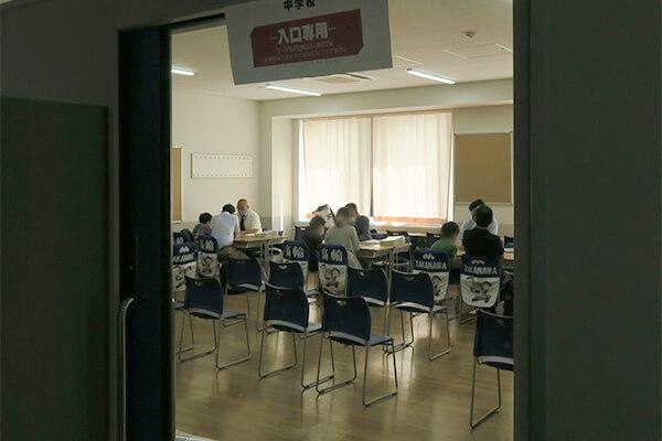 個別相談会の様子。直接先生と話ができる機会はやはり貴重です。教室外に参加者が並ぶ学校もありました。