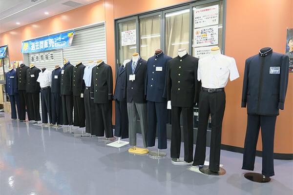毎年恒例の「制服展示コーナー」。各校の制服を一度に見ることができ、保護者に人気の展示です。