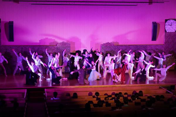 クラスマックスの場面。舞台には大道具や照明など、表舞台には出ない多くのメンバーが関わっています。