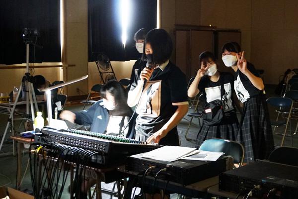 出番待ちのメンバーによる音響設定も、ステージにとって大切な役割です。