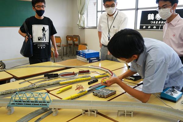 好きな生徒にとっては触らずにいられない鉄道模型