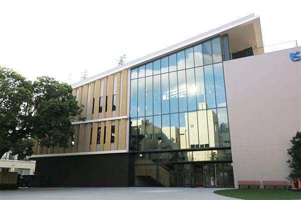 木目調の外壁(木材ではなく、ガラス繊維で補強されたコンクリート)と広く張られたガラスが美しい建築デザイン的にも優れた校舎。