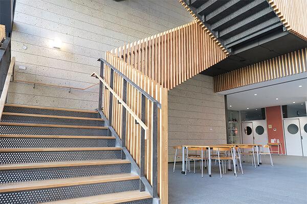 建物に一歩入ると吹き抜けの階段が目に入り解放感が。 落ち着いた空間で学ぶ意欲も高まりそう。