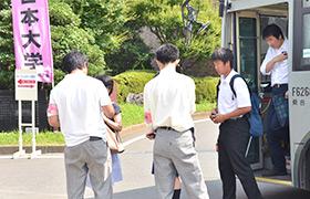 受付へ案内する生徒たち