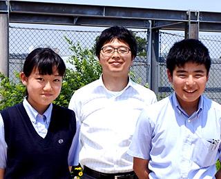 川島さん(左)深川くん(右)担任の堀口 博行先生(後)